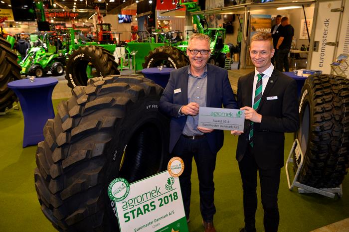 Jens Peter Lundgaard, member of Agromek's Exhibition Committee presenting the Agromek Award to Product Specialist Aage Boller, Euromaster Danmark. Photo: Wiegaarden